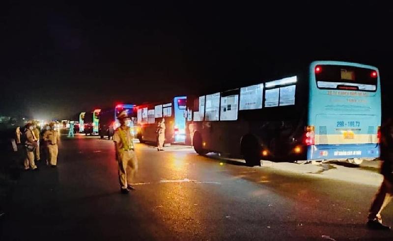 Công an Phú Thọ xuyên đêm túc trực đón dẫn người về từ vùng dịch di chuyển qua địa bàn